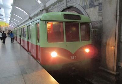 平壌市内の地下鉄車両