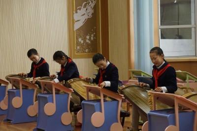 朝鮮の伝統楽器カヤグムを練習する生徒