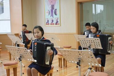 アコーディオンを練習する生徒。共和国では定番の楽器です。