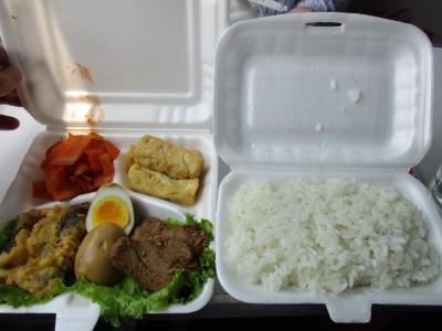 朝鮮の新義州で購入した弁当です。おい!豪華じゃん!