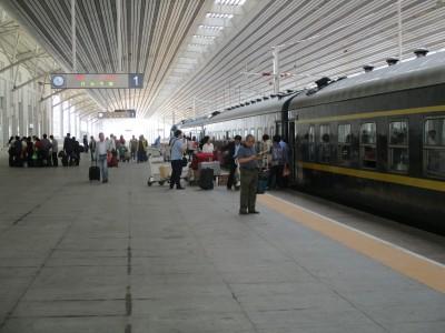 丹東駅です。 この列車がネバーランド行きです。