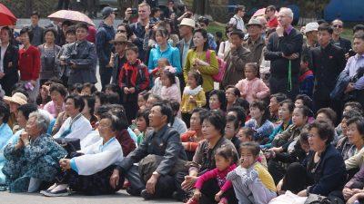 平壌市民、外国人観光客も公演を観覧してます。