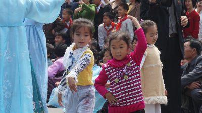 踊りだす子供たちもいます。
