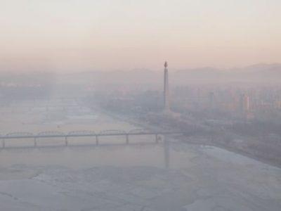 朝靄にけぶる大同江と主体思想塔